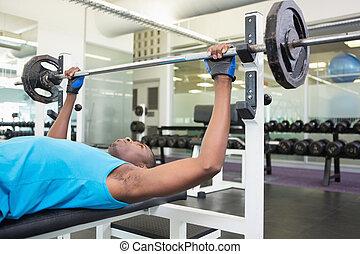 vastberaden, jonge man, het tilen, barbell, in, gym