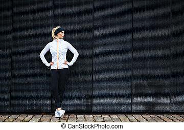 vastberaden, vrouw, het rusten, na, jogging, in de stad