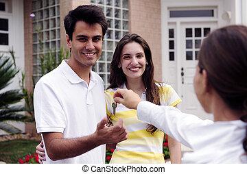 vastgoed agent, het overhandigen, brengen oplossing onder