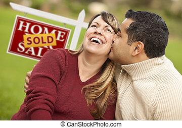 vastgoed, paar, meldingsbord, gemengde race, voorkant, sold