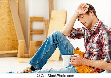 vasthouden, gesloten, hij, eyes, moe, jonge, zittende , behoeftes, vloer, kop, handyman, break., het behouden, terwijl