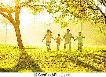 vasthouden, rennende , aziatische familie, handen