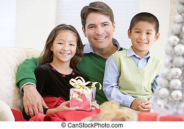 vasthouden, vader, zittende , christus, dochter, zoon, zijn, sofa