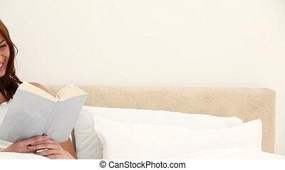 vasthouden, vrouw glimlachen, boek