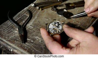 vastmaken, horloge, deksel, op, hout, bureau
