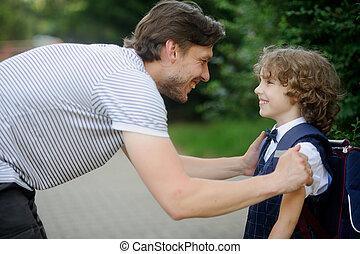 vater, mit, seine, son-first-graders, in, der, schule, yard.