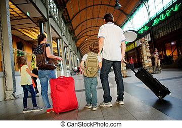 vater, mutter, und, zwei kinder, stehen, in, a, wartezimmer, an, der, station.