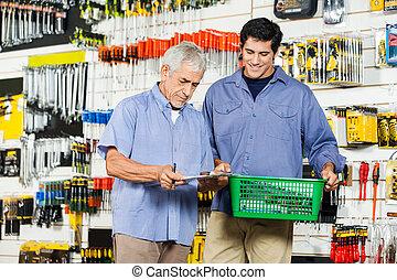 vater sohn, kaufen, werkzeuge, in, baumarkt
