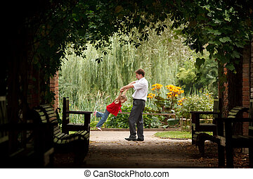 vater tochter, in, sommer, kleingarten, in, pflanze, tunnel., mann, spiele, mit, m�dchen, drehung, sie, auf, hands.