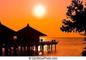 vatten, enplansvillor, och, solnedgång