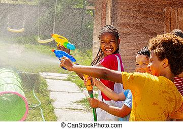 vatten, grupp, ungar vilt, holdingen, le, flicka, gevär