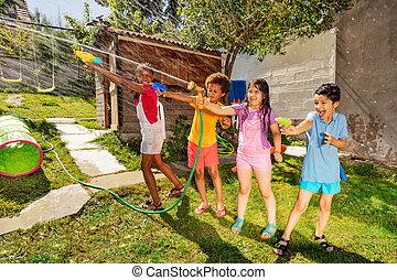 vatten, nöje, trädgård, lek, gevär, grupp, vänner