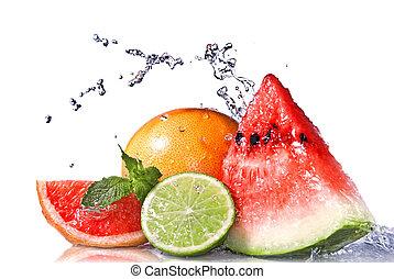 vatten, plaska, på, färska frukter, isolerat, vita