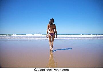vatten, vandrande, kvinna, havsstrand, mot