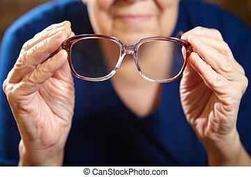 vecchia, mani, con, occhiali