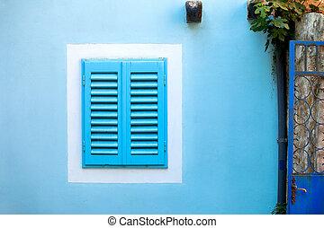 vecchio, blu, finestra, con, legno, otturatori, in, il, bianco, cornice, su, il, blu, wall.
