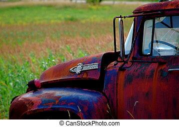 vecchio, camion rosso, in, uno, campo