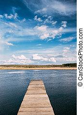 vecchio, cartoline legno, banchina, su, acqua calma, di, lago, o, fiume, a, sera