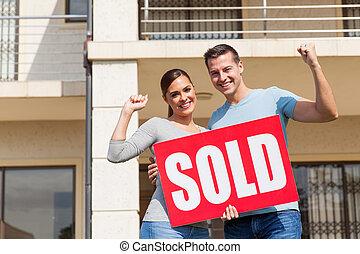 vecchio, casa, venduto, giovane, segno, loro, presa a terra, fronte, coppia