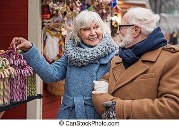 vecchio, coppia, allegro, dolci, strada, acquisto
