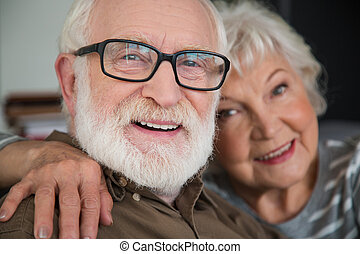 vecchio, coppia, sposato, dall'aspetto, macchina fotografica, ridere