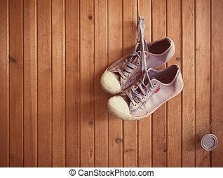 vecchio, legno, scarpe tennis, portato