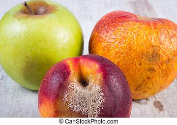 vecchio, mela, pesca, legno, guastato, tavola, bianco
