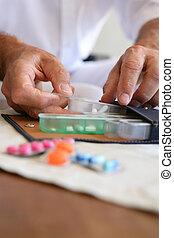 vecchio, persona, preparare, medicazione, per, il,...