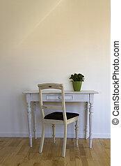 vecchio, sedia, e, tavola, contro, parete bianca