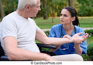 vecchio, seduta, carrozzella, misure, impulso, infermiera, agitato, uomo