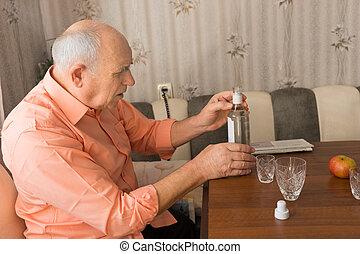 vecchio, tenendo bottiglia, tavola, vino, uomo