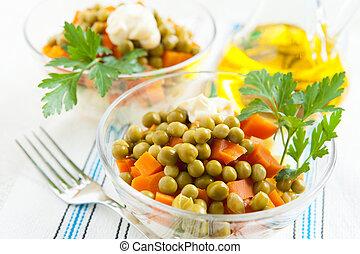 vegetariano, ensalada, con, conservado, guisantes verdes, y, hervido, vegetales, cierre, arriba., útil, y, alimento sano