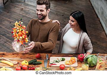 veggie, magic., vista superiore, di, bello, giovane, sorridente, coppia, preparazione alimento, insieme