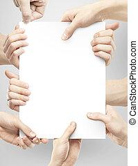 vele handen, vasthoudend papier