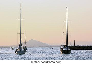 velero, navegación en la puesta del sol
