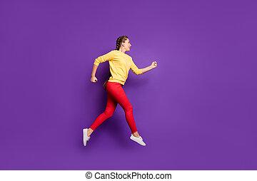 venda, comprimento, foto, isolado, executando, desgaste, engraçado, perfil, apressar-se, cor, calças, pular, amarela, cheio, casual, pullover, millennial, alto, senhora, roxo, shopping, experiência vermelha, velocidade