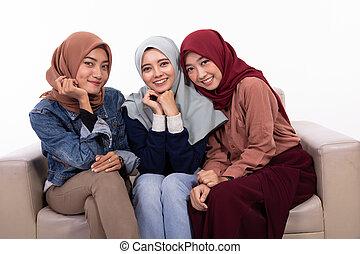 vendado, relaxante, sentando, três, sofá, enquanto, amizade, mulheres