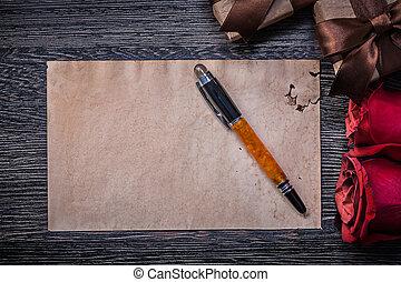 vendange, papier, roses rouges, giftboxes, stylo fontaine, sur, conseil bois