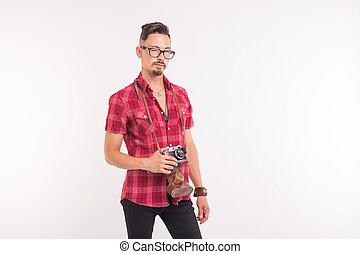 vendange, photographe, et, gens, concept, -, beau, homme, à, retro, appareil photo, sur, fond blanc, à, espace copy
