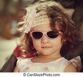 vendange, portrait, de, gosse, girl, à, cheveux bouclés, style, mode, lunettes soleil