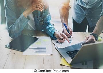 vendas, gerentes, trabalhando, modernos, studio.woman, mostrando, relatório mercado, digital, tablet.marketing, departamento, planificação, novo, strategy.researching, processo, madeira, table.horizontal.burred, background.film, effect.