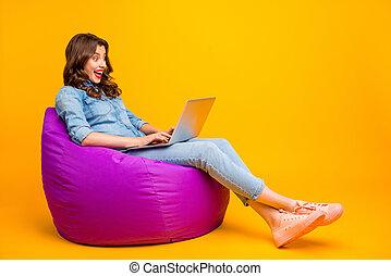 vendas, namorada, agradável, started, notificação, colora fotografia, social, mídia, tamanho, cute, corporal, comprimento, fundo, cheio, alegre, isolado, vibrante, espantado, aproximadamente, tendo, positivo, sobre, amarela, recebido