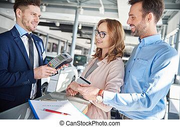 vendedor, aceitando, pagamento através cartão crédito