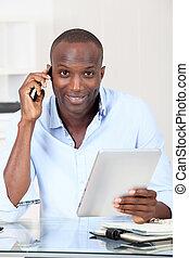 vendedor, en, oficina, hablar teléfono
