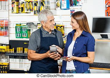 vendedor, segurando, eletrônico, leitor, enquanto, cliente,...