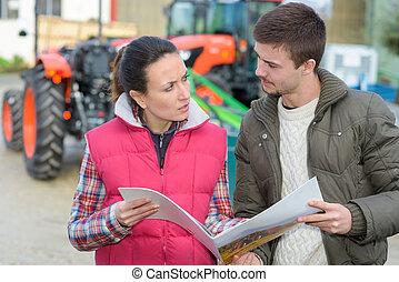 vendedora, convincente, joven, famrer, para comprar, nuevo, maquinaria agrícola