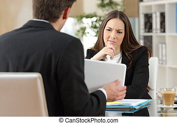 vendeur, essayer, convaincre, douteux, client