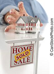 vendido, signo bienes raíces, en frente, mujer, alcanzar, casa