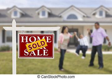 vendido, signo bienes raíces, y, familia hispana, delante de, casa