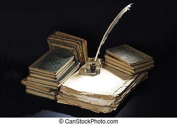 vendimia, concept., viejo, pluma estilográfica, libros, y, tintero, en, un, fondo negro